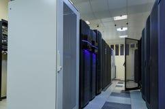 Het netwerk en Internet-het communicatietechnologieconcept, gegevens centreren binnenland, serverrekken met telecommunicatie Royalty-vrije Stock Afbeeldingen