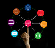 Het netwerk van de handholding marketing verbinding, Omni-Kanaal stock foto