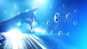 Het netwerk van mensenrelaties op het virtuele scherm Klantenmededeling en sociaal media concept stock afbeelding