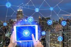 Het netwerk van verbindt digitale tablet aan draadloos communicatie Ne Stock Foto