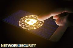 Het netwerkconcept van de Cyberveiligheid, Mens die smartphone met slot gebruiken Stock Foto