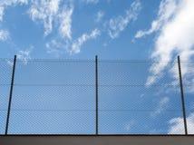 Het netwerkomheining van metaalrabitz tegen blauwe hemel Stock Fotografie