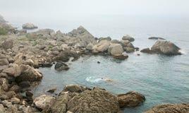 Het nevelige landschap van de de zomer steenachtige kust royalty-vrije stock afbeelding