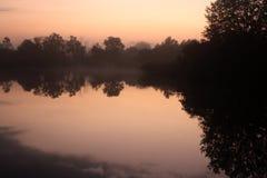 Het nevelige meer van de zonsopgangochtend Stock Afbeeldingen