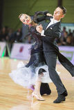 Het niet geïdentificeerde Danspaar voert de Jeugd Standaard Europees Programma over Baltisch Groot Kampioenschap prix-2106 uit va Royalty-vrije Stock Afbeeldingen