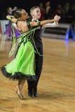 Het niet geïdentificeerde Danspaar voert jeugd-1 Standaard Europees Programma over Baltische Grand prix-2106 van WDSF uit stock foto's