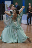 Het niet geïdentificeerde Danspaar voert jeugd-1 Standaard Europees Programma over Nationaal Kampioenschap uit Stock Foto