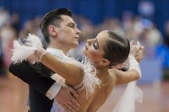 Het niet geïdentificeerde Danspaar voert jeugd-1 Standaard Europees Programma over Nationaal Kampioenschap uit Stock Afbeeldingen