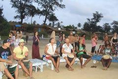 Het niet geïdentificeerde mens spelen op trommel bij het strand Het strand van Arambol van de Goastaat Royalty-vrije Stock Foto's