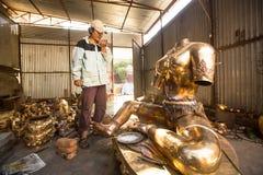 Het niet geïdentificeerde Nepalese tinman werken in de zijn workshop Royalty-vrije Stock Fotografie
