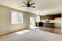 Het nieuwe binnenland van de huiskeuken met donkere bruine kabinetten. Stock Foto's