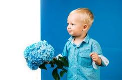 Het nieuwe Concept van het Leven De lentevakantie De Dag van kinderen Kleine babyjongen Weinig jongen bij bloeiende bloem De zome stock fotografie