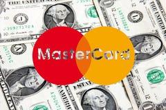 Het nieuwe embleem van Mastercard op geld Stock Foto