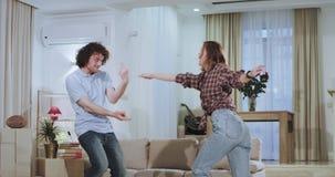 Het nieuwe flatpaar heeft een bewegende dag na een het dragen dag die en van de tijd samen in een nieuw huis dacing genieten stock videobeelden
