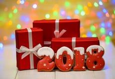Het nieuwe jaar 2018 maakte met peperkoekkoekjes met bokeh en het patroon van de lensgloed op gouden achtergrond, exemplaarruimte Stock Afbeelding