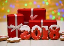 Het nieuwe jaar 2018 maakte met peperkoekkoekjes met bokeh en het patroon van de lensgloed op gouden achtergrond, exemplaarruimte Royalty-vrije Stock Afbeeldingen