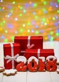 Het nieuwe jaar 2018 maakte met peperkoekkoekjes met bokeh en het patroon van de lensgloed op gouden achtergrond, exemplaarruimte Stock Afbeeldingen