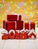 Het nieuwe jaar 2018 maakte met peperkoekkoekjes met bokeh en het patroon van de lensgloed op gouden achtergrond, exemplaarruimte Royalty-vrije Stock Afbeelding