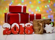 Het nieuwe jaar 2018 maakte met peperkoekkoekjes met bokeh en het patroon van de lensgloed op gouden achtergrond, exemplaarruimte Royalty-vrije Stock Foto's
