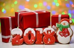 Het nieuwe jaar 2018 maakte met peperkoekkoekjes met bokeh en het patroon van de lensgloed op gouden achtergrond, exemplaarruimte Royalty-vrije Stock Foto