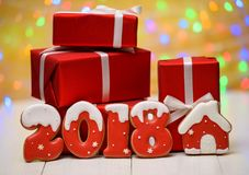 Het nieuwe jaar 2018 maakte met peperkoekkoekjes met bokeh en het patroon van de lensgloed op gouden achtergrond, exemplaarruimte Stock Foto
