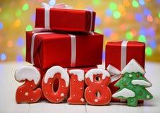 Het nieuwe jaar 2018 maakte met peperkoekkoekjes met bokeh en het patroon van de lensgloed op gouden achtergrond, exemplaarruimte Royalty-vrije Stock Fotografie