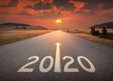 het nieuwe jaar van 2020 bij mooie lege weg bij zonsondergang royalty-vrije illustratie