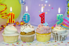 het nieuwe jaar van 2015 cupcakes op abstracte kleurrijke achtergrond Stock Afbeeldingen