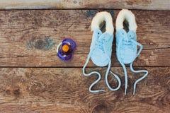 het nieuwe jaar van 2017 geschreven kant van kinderen` s schoenen en fopspeen Stock Foto's