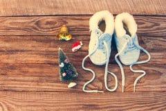 het nieuwe jaar van 2017 geschreven kant van kinderen` s schoenen, Kerstmisdecoratie Stock Fotografie
