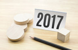 het nieuwe jaar van 2017 op adreskaartje met leeg houten rond stuk en Stock Afbeeldingen