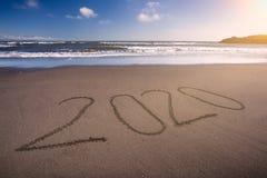 het nieuwe jaar van 2020 op idyllisch strand bij zonnige dag stock afbeeldingen