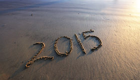 het nieuwe jaar van 2015 op strandzand Stock Afbeelding