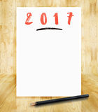 het nieuwe jaar van 2017 op Witboekkader met varkenskot van de potlood in hand borstel Royalty-vrije Stock Afbeeldingen