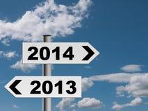 Het nieuwe jaar voorziet achtergrond van wegwijzers - toekomstige richting 2014 Stock Foto