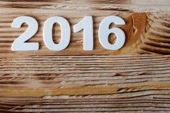 Het nieuwe kader van de jaarprentbriefkaar aantal van de datum het houten textuur Stock Foto's