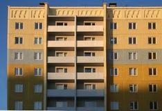 Het nieuwe, met meerdere verdiepingen huis. Stock Afbeeldingen