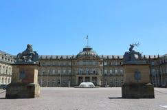 Het nieuwe paleis van Ehrenhof-kant met de groep cijfers van de WÃ ¼ rttemberg de wapenschildherten en leeuw Royalty-vrije Stock Foto's