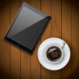 Het nieuwe realistische malplaatje van het tabletmodel met koffiekop op houten achtergrond Royalty-vrije Stock Fotografie
