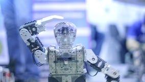 Het nieuwe robot andro?de dansen op de show Toont menselijke bewegingen Nieuwe technologie?n in de moderne wereld stock footage