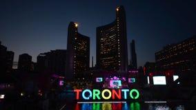 Het nieuwe teken van Toronto in Nathan Phillips Square die de PanAm-spelen vieren stock footage