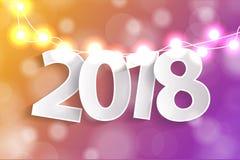 Het nieuwjaar 2018 concept met document cuted witte aantallen op de realistische decoratie van Kerstmislichten op gele en violett Royalty-vrije Stock Foto's