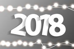 Het nieuwjaar 2018 concept met document cuted witte aantallen op de realistische decoratie van Kerstmislichten op grijze achtergr Royalty-vrije Stock Foto's