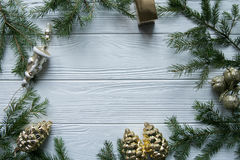Het nieuwjaar en de winter plaatsen op witte houten achtergrond met spar, gestreept gouden en wit 2018 Royalty-vrije Stock Foto