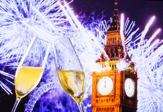Het nieuwjaar of Kerstmis bij middernacht met champagnefluiten maakt toejuichingen op klokachtergrond Stock Afbeeldingen