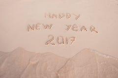 Het nieuwjaar 2017 is Komend Concept Het gelukkige Nieuwjaar 2017 vervangt het concept van 2016 op het overzeese strand Stock Foto