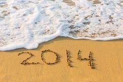 Het nieuwjaar 2014 is komend concept. Inschrijving 2014 op strandzand. Stock Foto's