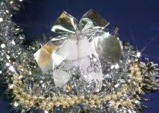 Het Nieuwjaar` s ballen van de glasijskegel op een blauwe achtergrond Royalty-vrije Stock Foto