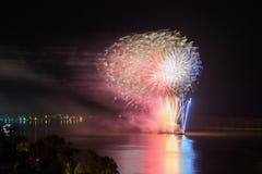 Het nieuwjaar ` s Eve Fireworks lanceerde van het water met bezinningen Stock Fotografie