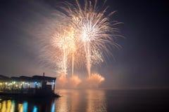 Het nieuwjaar ` s Eve Fireworks lanceerde van het water met bezinningen royalty-vrije stock afbeelding